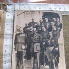Postales: POSTAL 1ª REUNION DEL REY ALFONSO XIII CON LOS GENERALES QUE COMPONIAN EL NUEVO DIRECTORIO MILITAR. Lote 107029279