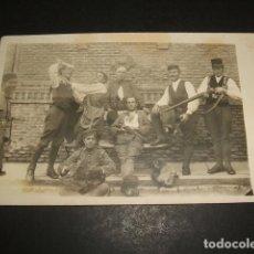 Postales: POSTAL FOTOGRAFICA GRUPO DE MILITARES ESPAÑOLES BROMEANDO HACIA 1920. Lote 109816819
