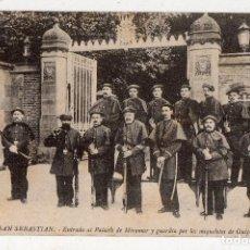 Postales: SAN SEBASTIÁN. ENTRADA AL PALACIO DE MIRAMAR Y GUARDIA POR LOS MIQUELETES DE GUIPUZCOA.. Lote 118019351