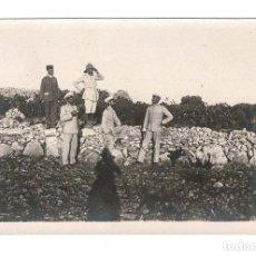 Postales: CAMPAÑA DEL RIF 1909 - EN LOS CERROS DE BENI SICA OBSEVANDO EL FUEGO DE LAS AVANZADAS. Lote 131994194