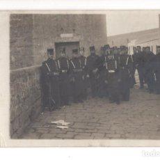 Postales: POSTAL FOTOGRAFICA.- ARTILLEROS ALFONSO XIII - FRENTE A CALABOZO . Lote 134818246