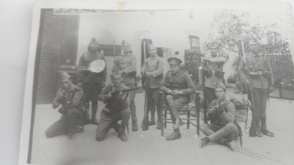 ANTIGUA POSTAL DE SOLDADOS ESPAÑOLES POSANDO (Postales - Postales Temáticas - Militares)