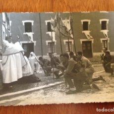 Postales: TARJETA POSTAL DE PADRE BENDICIENDO A SOLDADOS. Lote 138818354