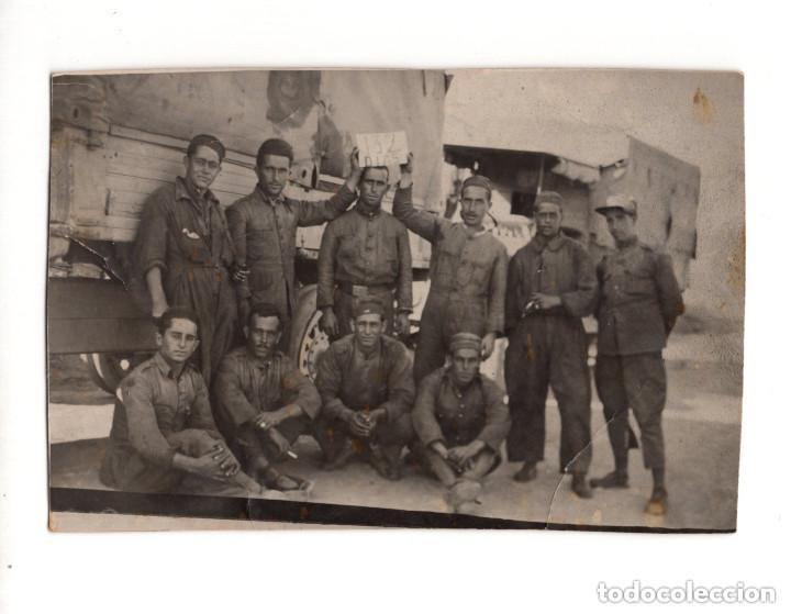 CURIOSA POSTAL SOLDADOS CON CARTEL 132 DIAS. POSTAL FOTOGRÁFICA. (Postales - Postales Temáticas - Militares)