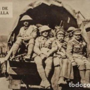 Después de la batalla. Postal antigua. Soldados subidos a un camión militar.
