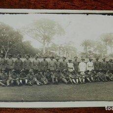 Cartoline: FOTO POSTAL DE FUERZAS MILITARES AFRICANAS, CON OFICIALES EUROPEOS, SIN CIRCULAR. Lote 153790874