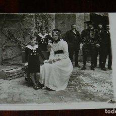 Postales: FOTO POSTAL DE LOS PEQUEÑOS DE SANTOÑA CON SU NURSE EN LA BODA DE MIMI MERITO, AÑO 1916, NO CIRCULAD. Lote 180226147