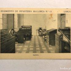 Postales: LORCA (MURCIA) POSTAL. REGIMIENTO DE INFANTERÍA MALLORCA NO.13, IMPRENTA (H.1940?). Lote 180396722