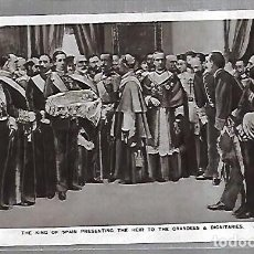 Postales: POSTAL. THE KING OF SPAIN PRESENTING THE HEIR TO THE GRANDEES & DIGNITARIES. 23K. ROTARY PHOTO. Lote 185684147