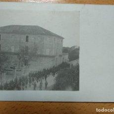 Postales: POSTAL FOTOGRAFICA DESFILE MILITAR, CUARTEL, A LOCALIZAR.. Lote 186352218