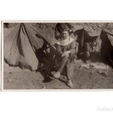 Postales: CAMPAÑA DEL RIF 1909 - CORTANDO EL PELO. PELUQUERÍA DE CAMPAÑA. POSTAL FOTOGRÁFICA.. Lote 191075051