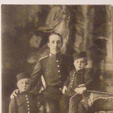 Postales: P-9822. S.M. EL REY D.ALFONSO XIII, CON EL PRINCIPE DE ASTURIAS Y EL INFANTE DON JAIME, AÑO 1910.. Lote 191657360