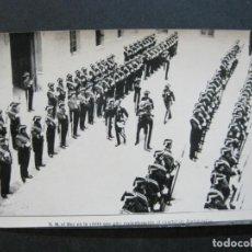 Postales: MADRID-S.M. EL REY VISITA EL CUARTEL DE ALABARDEROS-PALOMOQUE-FOTOGRAFICA-POSTAL ANTIGUA-(71.831). Lote 209153070
