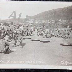 Postales: POSTAL FOTOGRAFICA - TETUAN - FUERZAS COMIENDO EL RANCHO - RECTORET 14X9CM - FECHADA 1914 -. Lote 214573307