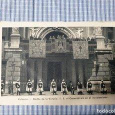 Postales: POSTAL MILITAR ANTIGUA VALENCIA. DESFILE VICTORIA. AYUNTAMIENTO. FOTO QUINTANA. Lote 225600245