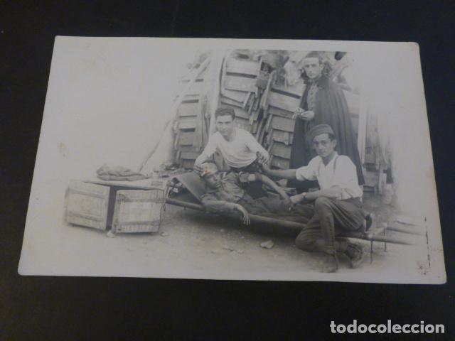 SOLDADOS SANIDAD MILITAR CON COMPAÑERO EN CAMILLA POSTAL FOTOGRAFICA AÑOS 20 (Postales - Postales Temáticas - Militares)