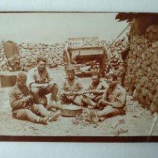 Cartes Postales: FOTOGRAFÍA DE MILITARES COMIENDO EL RANCHO, POSTAL. Lote 226817720