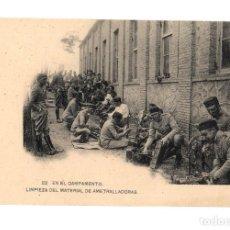 Postales: EN EL CAMPAMENTO, LIMPIEZA DEL MATERIAL DE AMETRALLADORAS.. Lote 248050435