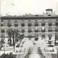 Postales: MURCIA - DETALLE GLORIETA ESPAÑA. AL FONDO HOTEL VICTORIA. (CIRCULADA 1960). Lote 27485692