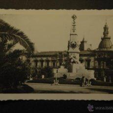Postales: CARTAGENA. MONUMENTO A LOS HÉROES DE CAVITE Y AYUNTAMIENTO. NO CIRCULADA. ARRIBAS. Lote 42070330