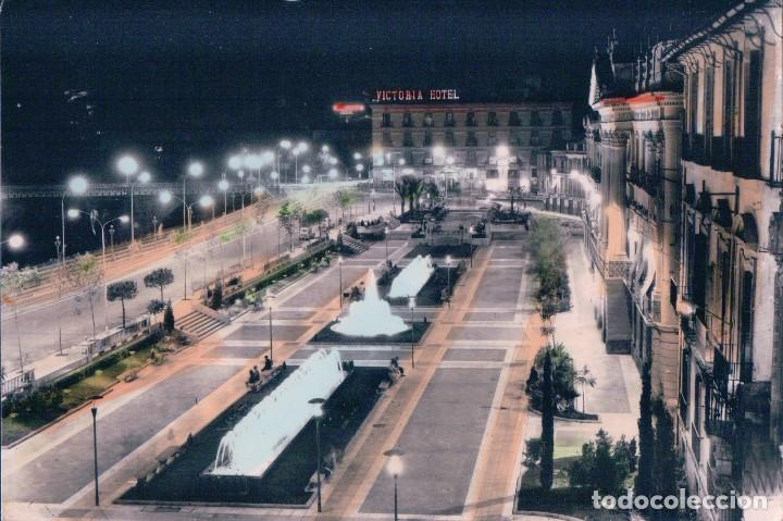 MURCIA - GLORIETA ESPAÑA - VISTA DE NOCHE - AL FONDO HOTEL VICTORIA - CIRCULADA - ARRIBAS 1098 (Postales - España - Murcia Moderna (desde 1.940))