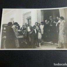 Postales: TOTANA MURCIA POSTAL FOTOGRAFICA AÑOS 30 GRUPO CON AUTOMOVIL MATRICULA MU 5778. Lote 171990943