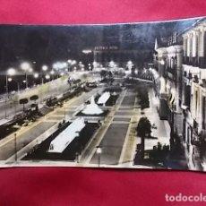 Postales: TARJETA POSTAL. MURCIA. GLORIETA DE ESPAÑA VISTA DE NOCHE. AL FONDO HOTEL VICTORIA. ARRIBAS. Lote 175919047