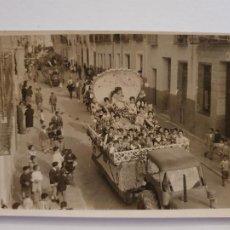 Cartes Postales: YECLA - UNA DE LAS CARROZAS ANTES DE ENTRAR EN LA BATALLA DE FLORES - FOTO RAMONÉ - P51425. Lote 286196293