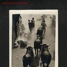 Postales: POSTAL DE PAMPLONA (NAVARRA): ENCIERRO (EN EL DORSO, TIMBRE DEL FOTOGRAFO ILEGIBLE) (ANIMADA). Lote 7875633