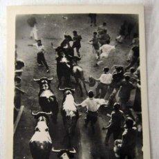 Cartes Postales: TARJETA POSTAL DE PAMPLONA ENCIERRO DE TOROS EN LOS SANFERMINES CONTRALUZ. Lote 7949137
