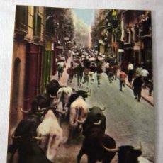 Cartes Postales: POSTAL COLOREADA DE PAMPLONA ENCIERRO DE TOROS SANFERMINES CALLE ESTAFETA. Lote 7949211