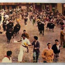 Cartes Postales: POSTAL COLOREADA DE PAMPLONA ENCIERRO DE TOROS EN LOS SANFERMINES. Lote 7949225