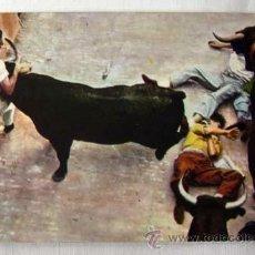 Cartes Postales: POSTAL DE PAMPLONA ENCIERRO DE TOROS SANFERMINES MOMENTO DE APURO. Lote 7949243
