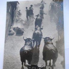 Postales: PAMPLONA Nº 14 ENCIERRO DE LOS TOROS. POSTALES VAQUERO. FOTO RUPEREZ. SIN CIRCULAR. Lote 23143316