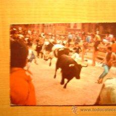 Postales: POSTAL PAMPLONA EL ENCIERRO DE LOS TOROS ESCRITA. Lote 18785908