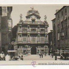 Postales: PAMPLONA. CASA CONSISTORIAL. (POSTAL FOTOGRÁFICA). UN PUESTO DE HELADOS. . Lote 24500454