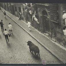 Postales: PAMPLONA- SAN FERMIN - 63 - TORO DESMANDADO - FOT. CHAPESTRO - (12.422). Lote 35295745