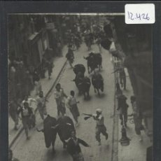 Postales: PAMPLONA- SAN FERMIN - 67 - POR LA TIPICA CALLE ESTAFETA - FOT. CHAPESTRO - (12.426). Lote 35295948
