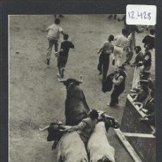 Postales: PAMPLONA- SAN FERMIN - 69 - UN PAMPLONICA EN SITUACION APURADA - FOT. CHAPESTRO - (12.428). Lote 35296118