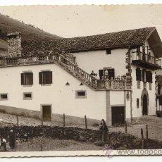 Postales: ELIZONDO, NAVARRA. POSTAL FOTOGRÁFICA DE CASERÍO CON GENTE EN LA HUERTA Y LA TERRAZA. V. MENA, FOTÓG. Lote 35602585