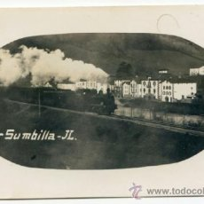 Postales: SUMBILLA. J.L. 30. EL FERROCARRIL ATRAVESANDO LA POBLACIÓN, CON LOCOMOTORA DE VAPOR. TREN. Lote 37433687