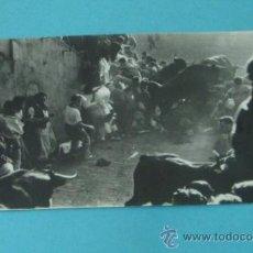 Postales: POSTAL FOTOGRÁFICA ENTRADA ENCIERRO EN PLAZA DE TOROS. ¿SAN FERMÍN?, ZUBIETA Y RETEGUI. Lote 37965459