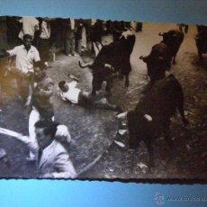 Postales: POSTAL - LOS TOROS EN LA CURVA MERCADERES-ESTAFETA - GARCIA GARRABELLA NUEVA -. Lote 43100091