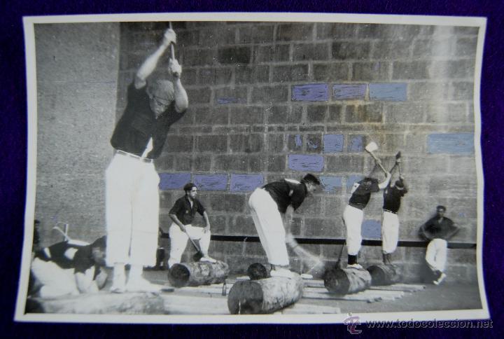 RARA FOTOGRAFIA DE ALSASUA, NAVARRA. CAMPEONATO NACIONAL DE AIZKOLARIS DEL FRENTE DE JUVENTUDES.1955 (Postales - España - Navarra Moderna (desde 1.940))