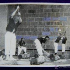 Postales: RARA FOTOGRAFIA DE ALSASUA, NAVARRA. CAMPEONATO NACIONAL DE AIZKOLARIS DEL FRENTE DE JUVENTUDES.1955. Lote 43931769