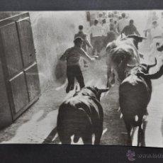Postales: ANTIGUA FOTO POSTAL DE PAMPLONA. ENCIERRO DE LOS TOROS. FOT. GOMEZ. CIRCULADA. Lote 43969791