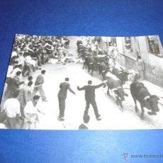 Postales: TOROS - Nº 5 PAMPLONA ENCIERRO DE LOS TOROS - FOTO RUPEREZ - 14X9 CM. POST. FOTGR. AÑOS 50/60 . Lote 46294937