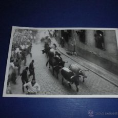 Postales: TOROS - PAMPLONA ENCIERROS POSTAL FOTOGRAFICA J. GALLE FOTGR. PAMPLONA 14X9 CM. AÑOS 50/60 . Lote 46296591