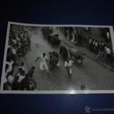 Postales: TOROS - PAMPLONA ENCIERROS POSTAL FOTOGRAFICA J. GALLE FOTGR. PAMPLONA 14X9 CM. AÑOS 50/60 . Lote 46296615