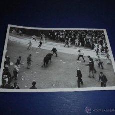 Postales: TOROS - PAMPLONA ENCIERROS POSTAL FOTOGRAFICA J. GALLE FOTGR. PAMPLONA 14X9 CM. AÑOS 50/60 . Lote 46296641